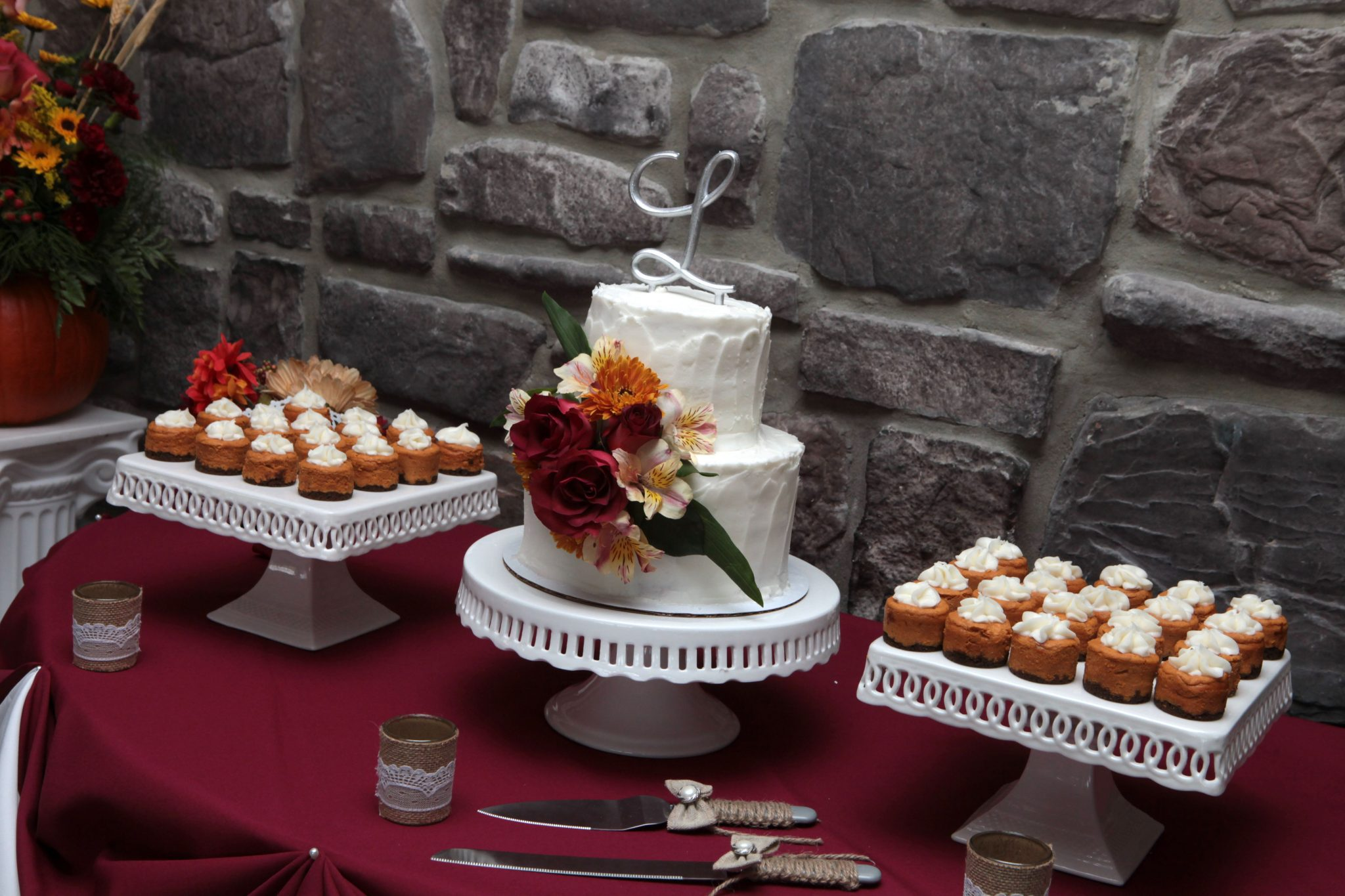 October wedding ideas combining wedding cake with cupcakes