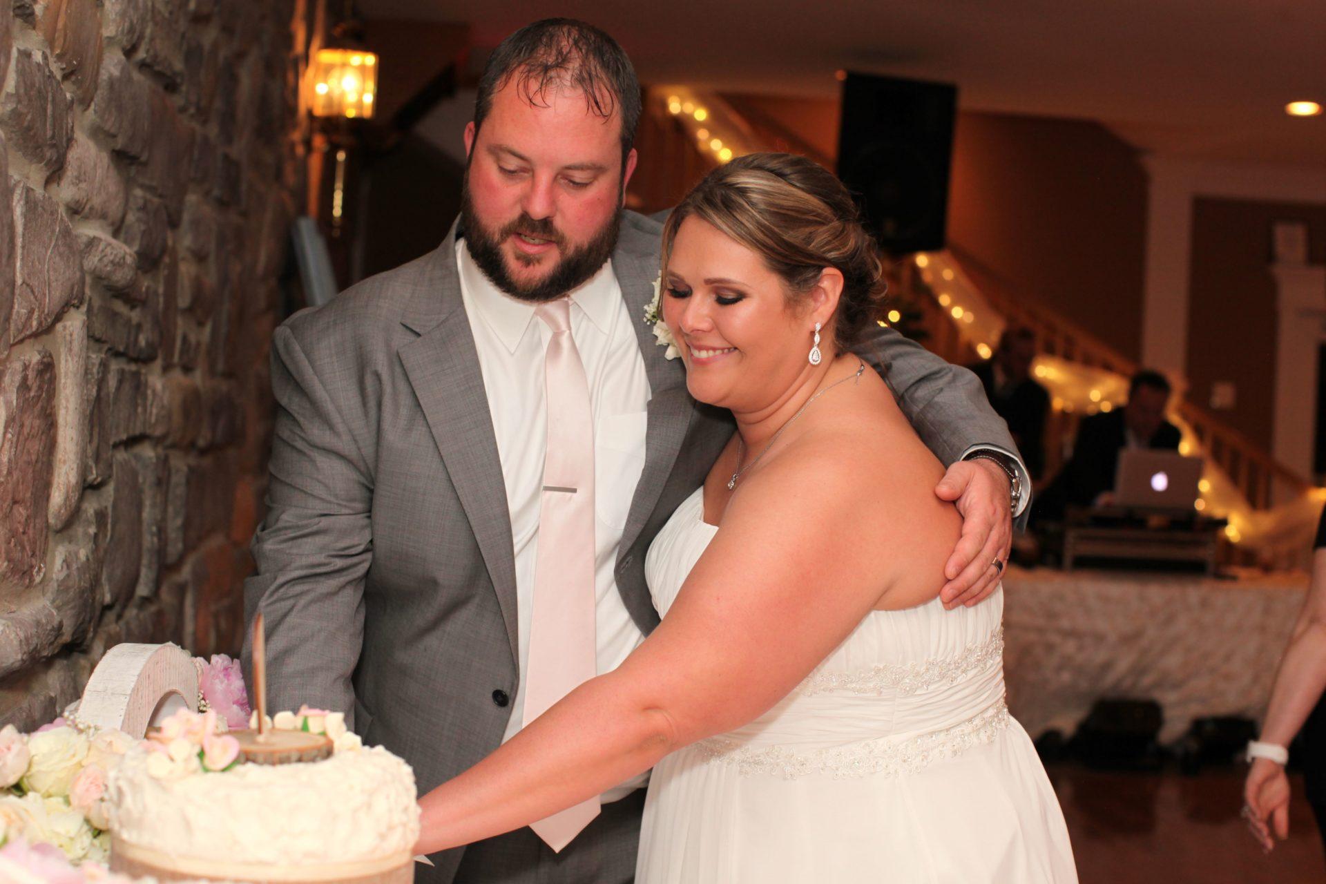 Bride and groom cut the cake at MOrningside Inn